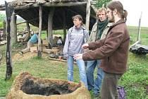 Centrum experimentální archeologie ve Všestarech představilo výpal keramiky i opracování kamene.