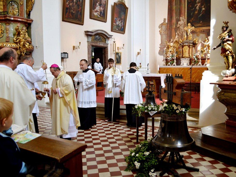 Žehnání zvonů s názvy Ludmila a Michael určených pro kostel v královéhradeckých Kuklenách.