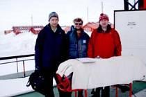 Členové české antarktické ozonové expedice, zleva Martin Staněk (ČHMÚ Hradec Králové) Ladislav Sieger (ČVUT FEL  Praha)  a Michal Janouch (ČHMÚ Hradec Králové).