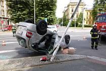 Vozidlo skončilo na střeše a poškodilo dopravní značení.