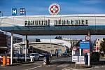 Navštívit své blízké v nemocnicích či domovech důchodců v kraji není možné kvůli hrozbě šíření koronaviru. Ministerstvo zdravotnictví zakázalo i hromadné akce a výuku ve školách.