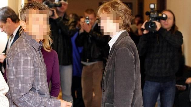 U Krajského soudu v Hradci Králové začalo 13. října hlavní líčení se sedmnáctiletým studentem gymnázia z Nového Bydžova na Hradecku, který měl připravovat bombový útok na školu.