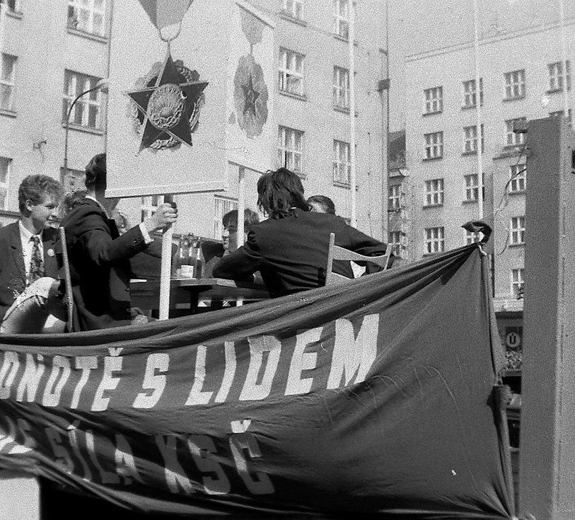Jedná se o první porevoluční Majáles v Hradci Králové. Na fotografiích se objevují komunistické symboly – studentská recese na shromáždění.