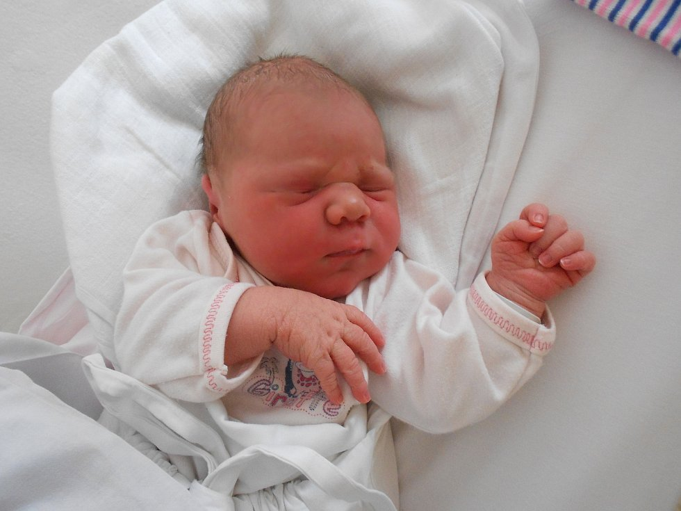 Nikola Hynková poprvé spatřila světlo světa 29. 4. 2021 v0:48 hodin. Vážila 3 330 g a měřila 50 cm. Rodiče Alena Janečková a Petr Hynek pocházízČestic. Na Nikolku se doma těšil i bratr Dominik. Tatínek byl mamince u porodu velkou oporou.