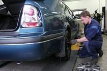 Přezouvání kol v pneuservisu.