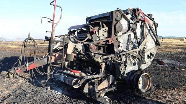 Devět jednotek hasičů likvidovalo požár lisu a balíků slámy.