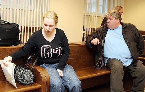 Před krajským soudem v Hradci Králové stanuli Petr Ullmann a Lucie Zvirotská.