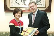 Lucia S. Lin s rektorem královéhradecké univerzity Josefem Hynkem.
