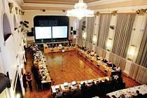 Zastupitelstvo v Hradci Králové zasedne v listopadu v  jiné podobě. Více než polovina zastupitelů půjde hlasovat úplně poprvé. Uspěly menší strany, ve vedení města jich je osm.