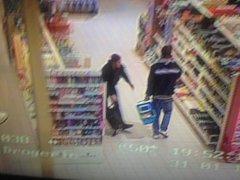Policie pátrá po páru, který si v hradeckém hypermarketu přisvojil sexuální pomůcky za více než 15 tisíc korun.