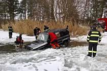 Vyprošťování automobilu potopeného v plačickém písníku.