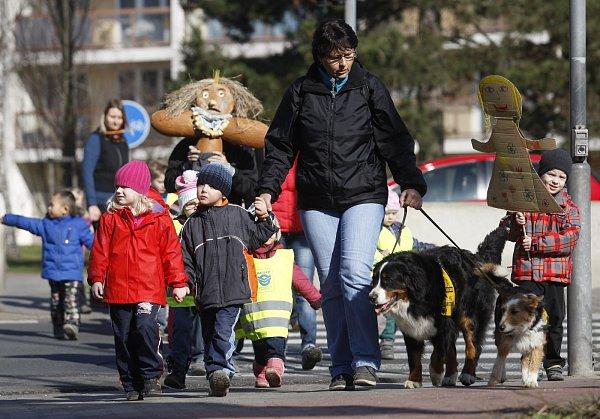 Děti zmateřské školy Daneta na ycházce se symbolickým zbavením se Morany, staroslovanského symbolu smrti a zimy.