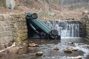 Auto skončilo v potoce