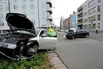 Dopravní nehoda na křižovatce ulic Průmyslová a Resslova v Hradci Králové.
