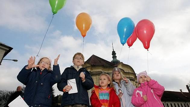 Přání Ježíškovi posílaly děti ve Smiřicích v balónkách (20. listopadu 22010).