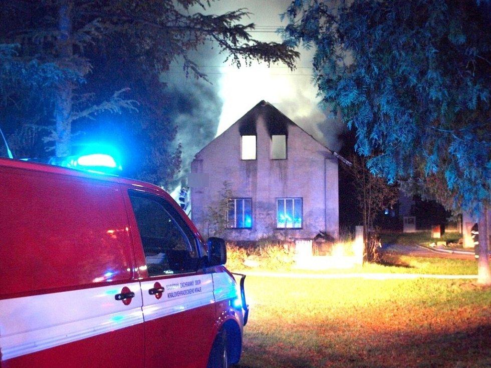 Požár střechy rodinného domu v obci Rodov na Hradecku.