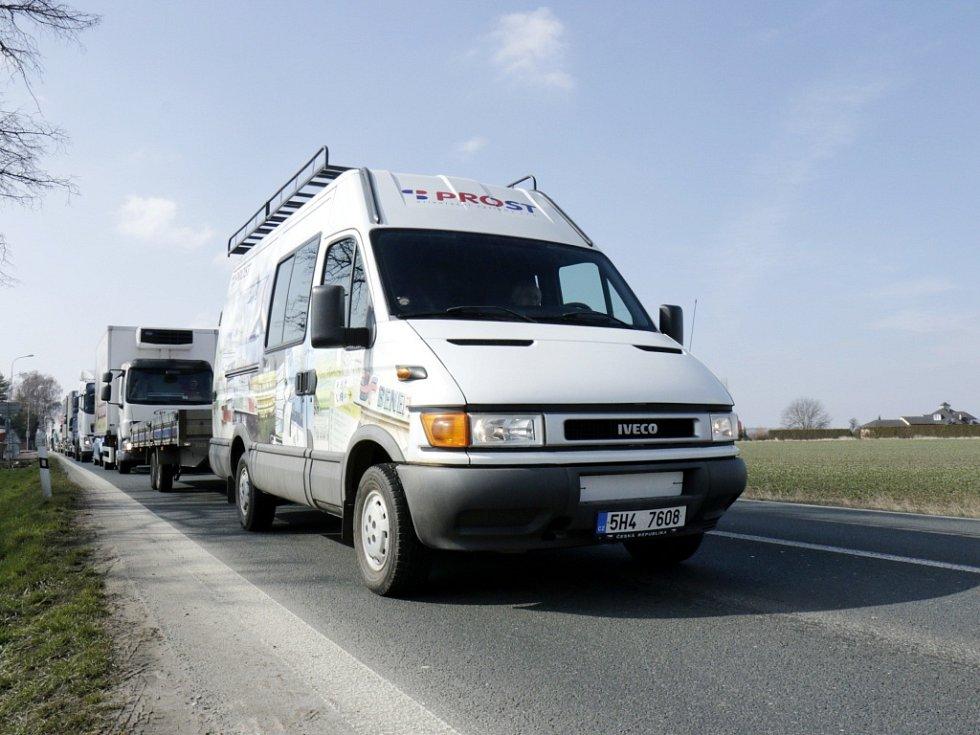 Dopravní omezení za obcí Holohlavy na hlavním silničním tahu z Hradce Králové do Jaroměře.