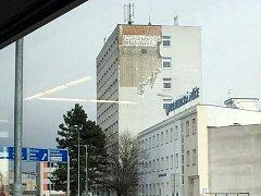 Poškozené zateplení budovy v hradecké ulici Na Okrouhlíku.