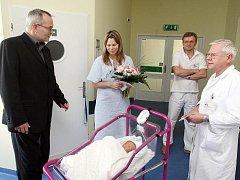 První miminko roku 2011 v Hradci Králové Karolína Černá.