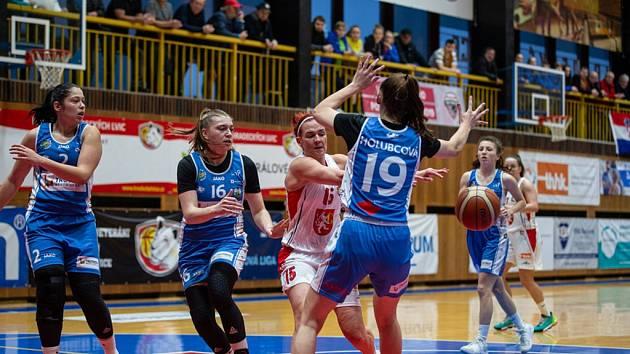 Hradecká kapitánka Andrea Klaudová (v bílém) se ocitla v obležení několika trutnovských hráček.