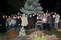 Česko zpívá koledy - Ohnišťany, u rozsvíceného vánočního stromu v obci (10. 12. 2014).