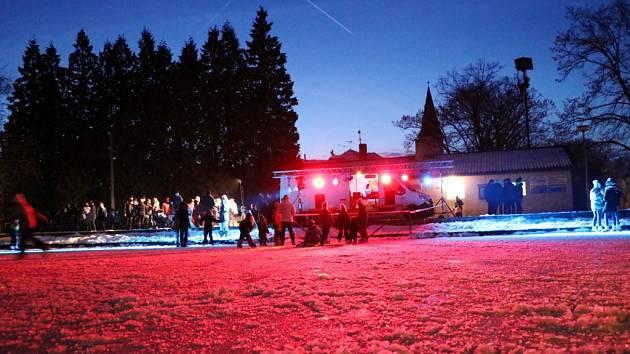 Diskobruslení na ledové ploše v obci Nepolisy.