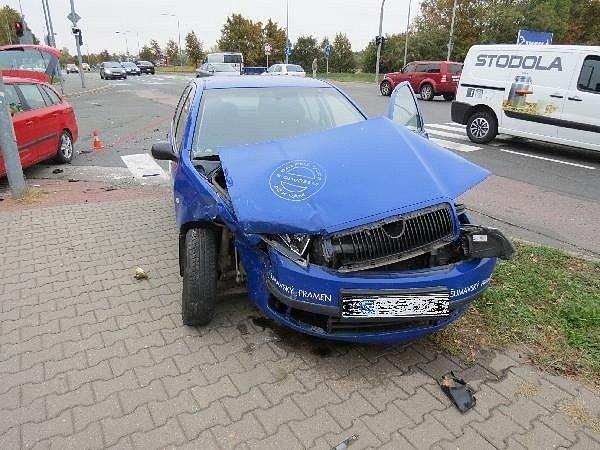Dopravní nehoda dvou osobních automobilů na křižovatce vhradecké ulici Akademika Bedrny.