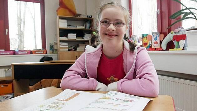 Pavlína, dívka s Downovým syndromem ve speciální škole.