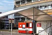 Odběrové místo pro případy podezření z nákazy koronavirem u Fakutlní nemocnice Hradec Králové.