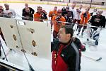Hradečtí hokejisté vyjeli poprvé na led. Na snímku trenér Pavel Pazourek při taktické poradě.