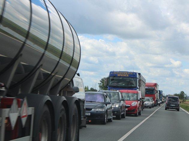 Kolona na hlavním silničním tahu z Hradce Králové do Jaroměře.