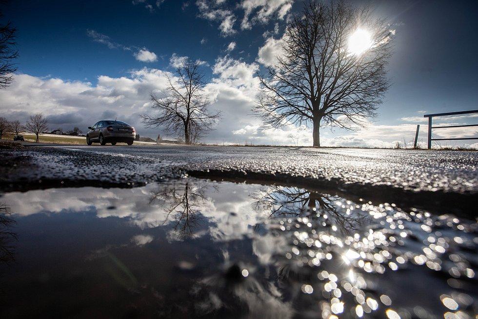 Výtluky na silnicích po zimním období.