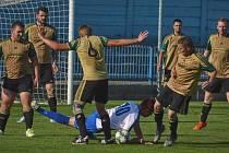 DOČKALI SE. Fotbalisté Nepolis (v tmavém, v duelu v Náchodě) slavili o víkendu premiérový bodový zisk.