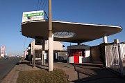 Nefunkční benzinová pumpa v královéhradeckých Plotištích.