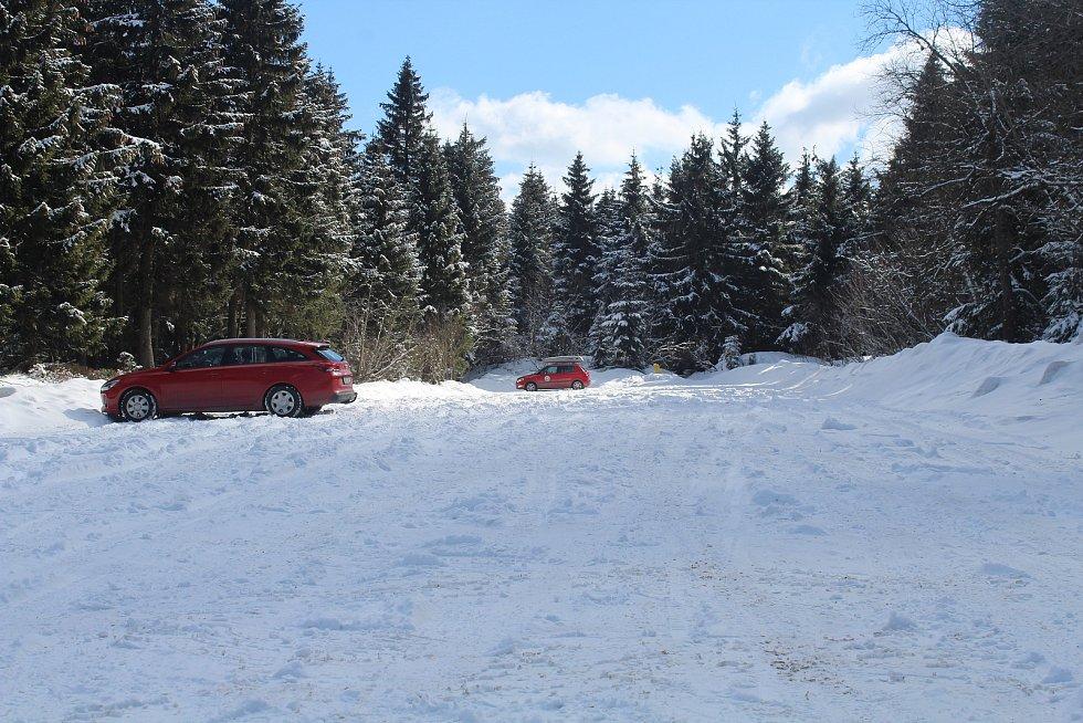 Horské středisko Deštné v Orlických horách zůstalo o víkendu úplně prázdné. Na jindy zaplněném parkovišti na Šerlichu stály v sobotu v poledne jen dvě auta.