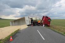 Policisté pátrají po řidiči, který způsobil nehodu kamionu. Škoda je ve statisících korun.