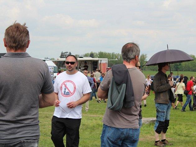 Mezi návštěvníky akce šířila letáky iniciativa Blok proti islamizaci. Na Rally show se dostala se stánkem Ortel racing, který je spojen s  kontroverzním zpěvákem Tomášem Ortelem.