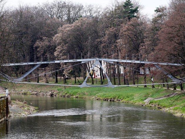 Lávka přes řeku Orlici získává finální podobu.