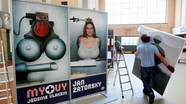 Výstava fotografií Jana Zátorského na vlakovém nádraží.