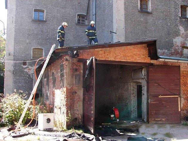 Požár střechy garáže v objektu bývalého pivovaru v Broumově.