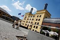 Opravy izolace na nádvoří Regiocentra Nový pivovar v Hradci, 7. července 2010.