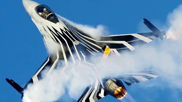 Belgický stíhací letoun F16.