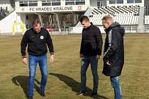 Ve čtvrtek se konala na hradeckém stadionu obhlídka trávníku. Absolvovali ji sekretář klubu Martin Černík, ligový rozhodčí Pavel Orel a správce stadionu Milan Ptáček.