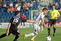 Slovácko - FC Hradec 2:1. (Sobota 30. července 2010). Na snímku hradecký Jakub Chleboun (vlevo) a hráč Slovácka Václav Ondřejka.