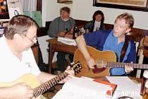 Andy Seidl (vpravo) coby člen Brázda Bandu při hraní s Jaroslavem Balcarem.