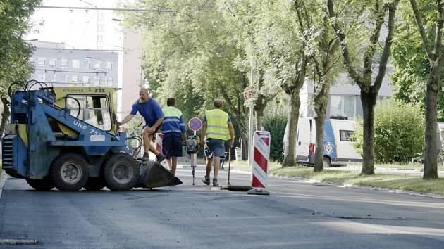 Oprava povrchu vozovky v královéhradecké Myslivečkově ulici.