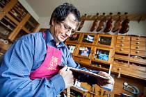 Z ateliéru Pilařů, kde se staví housle již 90 let od roku 1924, kdy jako první začal s výrobou Karel Pilař, a kde se řemeslo dědí stejně jako postupy na výrobu kvalitních nástrojů.