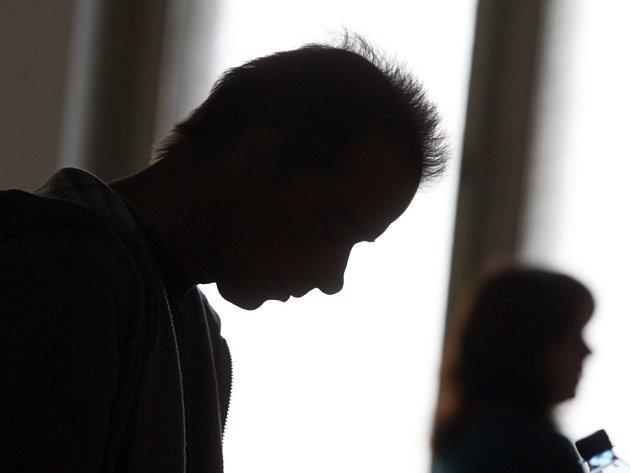Muž z Trutnovska měl podle obžaloby dva roky zneužívat vlastní dcery.