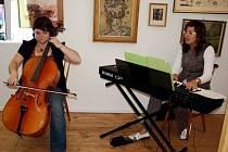 Profesorka Martina Forejtková v doprovodu violoncellistky Kateřiny Prokešové (zprava).