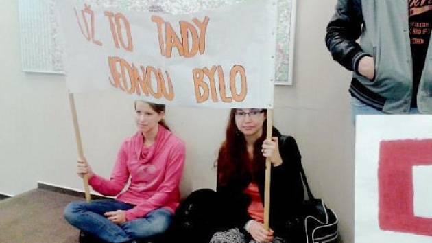 Studenti s transparentem na zasedání krajského zastupitelstva.